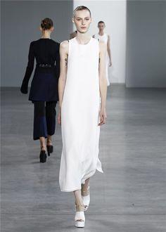 Desfile PV15 de Calvin Klein en la Semana de la Moda de Nueva York: vestido blanco