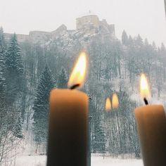 Hypnotisée par le vacillement de la flamme des bougies et les flocons qui ne cessent de tomber ✨ #winterview