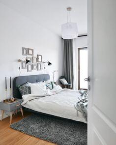 Trendige Kissen, Ein Gemütliches Bett, Ein Nachttisch Im Skandi