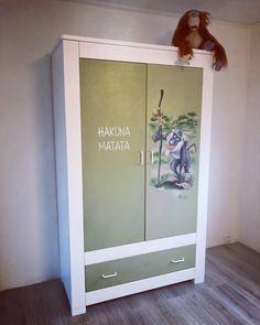 Rafiki op kastdeurtje - bam-crea Hakuna Matata, Lockers, Locker Storage, Cabinet, Furniture, Home Decor, Clothes Stand, Decoration Home, Room Decor