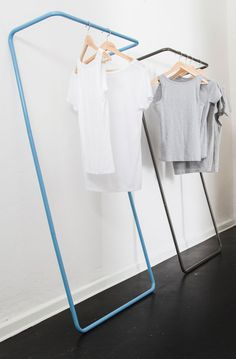 A simple and minimalist rail for hanging clothes in space-compromised homes.