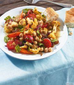 Knallbunter Sommerhit: Curry-Ofen-Gemüse plus Kichererbsen und Tomaten.