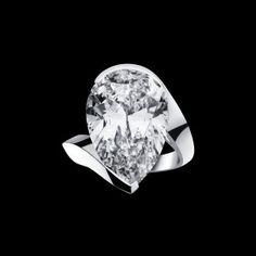 Bague composée d'un diamant taille poire, D. Internally Flawless (type IIa), de 10.07 cts. Montée sur platine. Photo : Alexandre Réza