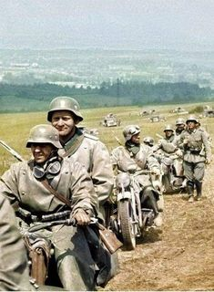 Motorcycle recon teams leading in front of a Panzer formation. Ww2 Pictures, Military Pictures, German Soldiers Ww2, German Army, Ww2 History, Military History, Germany Ww2, German Uniforms, War Photography