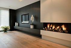 design salon cheminée décorative, mur noir, fleurs, plantes décoratives, salon vaste