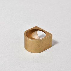 Vintroe Epitome Ring #vintroe #signetring #modernjewellery #modernist #unisexjewellery #scandinavianjewellery #scandinaviandesign #modernjewelry #unisex #bijoux #minimalist #abstractjewelry #siegelring #swedishdesign #womensjewellery #womensjewelry #jewellerydesign #minimal #golden #minimaljewelry #hamburg #abstractart #925실버 #stylist #실버925 #unisexjewellery #925純銀 #fashionista #minimaldesign