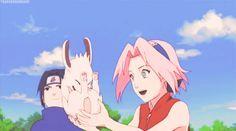 """Olha a cara do Sasuke Ele deve tá pensando: """"Vou matar esse cachorro por ter latido pra MINHA Sakura!"""""""