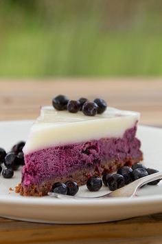 blueberry cheesecake with sour cream jello topping - subbing nuts for cookies in chocolate crust, and krisda stevia splenda for sweeteners. Blueberry Topping For Cheesecake, Sour Cream Cheesecake, Cheesecake Recipes, Dessert Recipes, Cupcake Recipes, Just Desserts, Delicious Desserts, Yummy Food, Blueberry Recipes