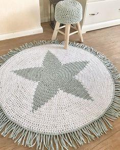 Guten Morgen und vielen Dank für diesen süßen Einblick ins Kinderzimmer @j_janre .😍 Ich wünsche euch eine schöne Woche 💛 WERBUNG… Knitted Pouf, Knit Rug, Tapete Floral, Floral Rug, Crochet Mat, Crochet Home, Crochet T Shirts, Striped Rug, Knitting Designs