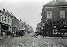 De Grotestraat in Waalwijk, heel lang geleden in 1910, gezien vanaf het Raadhuisplein / Markt met rechts op de hoek de Jamin. Anno 2013 zit hier eetcafé Kadinsky