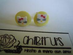Pendientes antialérgicos, decorados a mano con botón y fimo
