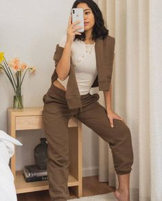 See and shop 14 sweatpant outfits you'll want to wear over and over again. Athleisure Outfits, Sporty Outfits, Sporty Style, Sporty Chic, Sweats Outfit, Mod Fashion, Sporty Fashion, Fashion Women, Pants For Women