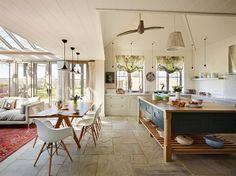 Orford   A classic country kitchen with coastal inspiration : Cozinhas clássicas por Davonport