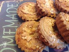Brosse koeken gevuld met appel en amandelspijs. Omdat ik deze koeken bakte voor sinterklaasavond heb ik aan het deeg ook nog wat speculaaskruiden toe gevoegd.Ingredienten deegvoor 6 a 7 koeken van 10 cm180 gram boter 140 gram witte basterdsuiker 1 ei rasp van een halve citroen 280 gram bloem snuf zout 1 theelepel bakpoederverder2 appels bv Jonagold 250 gram amandelspijs rasp van een halve citroen 1/2 eiwit van een klein ei 55 gram suiker 55 gram geschaafde amandelen Om te bestrijken 1 ei…