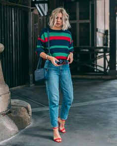 25 Ideas How To Wear Mom Jeans Complete Style Guide 2020 Trendy Outfits, Fall Outfits, Cute Outfits, Fashion Outfits, Womens Fashion, Casual Chic Fashion, Outfit Jeans, Womens Converse Outfit, Light Jeans Outfit
