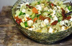 Gewoon wat een studentje 's avonds eet: Salade: Gemengde sla met gerookte kip, zoete aardappel, zongedroogde tomaat, komkommer, pitten, feta en balsamico sladressing