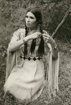 Sacheen Littlefeather, the woman who delivered Marlon Brando's Oscar rejection speech in a time when Wounded Knee occupied in protest. Native American Regalia, Native American Beauty, Native American Photos, Native American History, American Indians, American Girls, Native American Dress, Sacheen Littlefeather, Navajo
