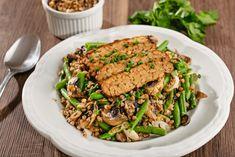 """Netradiční rizoto bez masa a rýže? Uvařte si """"pohankoto"""" s tempehem! Přirozeně bezlepková pohanka je skvěle doplněna tempehem bohatým na bílkoviny. Společně tak vytvoří plnohodnotné hlavní jídlo dne."""