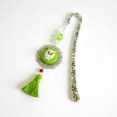 Marque-pages printanier argenté et vert, cabochon coton lapin blanc, pompon fait main : Marque-pages par color-life-bijoux