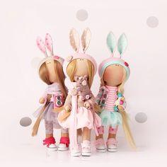 Все три девочки ждут своих мам:))