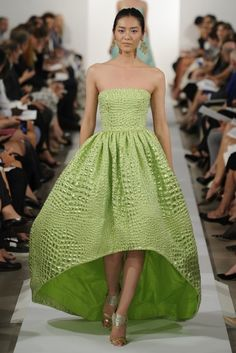 Vestido de fiesta largo en color verde limón con falda amplia de acabado corto-largo - Foto Oscar de la Renta.