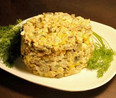 Порционный салат с курицей. Довольно тривиальное, но определенно беспроигрышное сочетание жареных грибочков, кукурузы и куриного филе