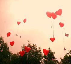"""Una poesia che mi ricorda i manifesti che disegnavo da ragazza, con le coppiette """"Love is ..."""" di Kim Casali. AdrianHenri - L'amore è: semplice, direi quasi un testo da fumetto, ma vera e deliziosamente piena di amore.  """"L'amore è sentire freddo sul retro di un furgone L'amore è un club con due soli soci L'amore è camminare tenendosi le mani sporche di vernice L'amore è L'amore è fish and chips nelle sere d'inverno L'amore è una coperta piena di strani piaceri [...]"""