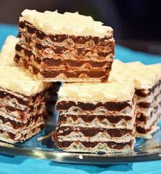 Vahvel šokolaadiga     6 muna    20 teelusikatäit suhkrut    5 ribi šokolaad    ¼ kg võid    5 tükki vahvlid     Kausis segada munad ja suhukur kuni segu pakseneb. Lisate sulanud šokolaadi. Lase segu jahtuda, sega vahu hulka sulavõi, sega.Kihitada vahvli ja kreemiga. Peal panna vahvel, sellele panna puhas paber, ning asetada peale raskus. Jäetakse ööseks seisma. Järgmine päev lõigatud nagu soovitud ja serveeri.