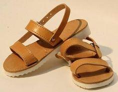 Сандалии из натуральной кожи - детские, натурального цвета, на толстой белой подошве. Предпочтите такую обувь, она комфортная,удобная для прогулок и идеально сочетается с любой формой одежды.