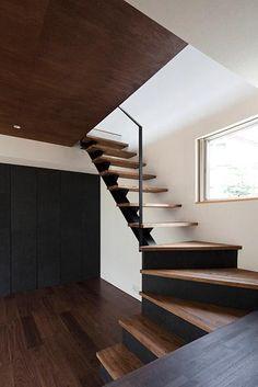 その他事例:黒×木目調のスケルトン階段(『浅間町の家』黒と深みのある木目が調和する落ち着きのある空間)