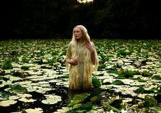 """Quando era criança a artista Kirsty Mitchell ouvia sua mãe narrar-lhe contos e estórias infantis. Sua mãe era professora de inglês e ensinou-lhe a apreciar essa rica literatura, estimulando sua criatividade. A menina cresceu e sua imaginação levou-a das folhas amareladas dos contos à criação da série """"Wonderland""""."""