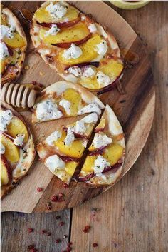Flammkuchen mit Nektarinen Honig und Ziegenfrischkaese - Last Minute Tarte Flambée with Nectarines Goats Cheese and honey Tarte flambée with nectarines Honey and fresh goat cheese - Last Minute Tarte Honey Recipes, Tart Recipes, Cheese Recipes, Pizza Recipes, Beef Recipes, Cheese Appetizers, Appetizer Recipes, Goat Cheese, Food Inspiration