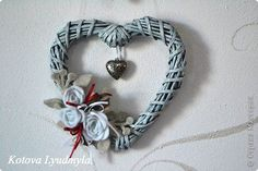 Cuore Diy Paper, Paper Crafts, Willow Wreath, Diy And Crafts, Arts And Crafts, Newspaper Basket, Paper Weaving, Heart Crafts, Weaving Patterns