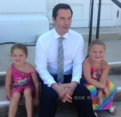 Awe, sooooo stinking cute. Keanu sandwiched between two little girls.