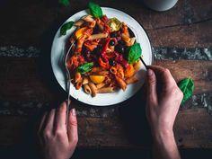 Paahdettu paprikapasta. Paprikoiden ja tomaattien paahtaminen syventää kasvisten makua ja on vastustamattoman hyvän kastikkeen salaisuus.