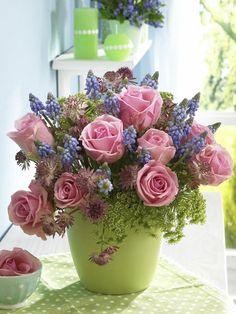 Kaspóban szépen elrendezve a vágott virágok