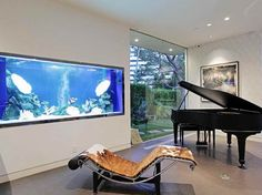 grand aquarium dans le salon doté d'un éclairage LED bleu