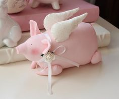 Vicky und Ricky: Tilda Pig and Heart Felt Patterns, Stuffed Toys Patterns, Diy Toys Doll, Baby Bunny Outfit, Crochet Pillow Cases, Pig Crafts, Cooling Blanket, Crochet Socks, Flying Pig