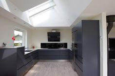 Billedresultat for ovenlysvindue Danish House, New Kitchen, Kitchen Ideas, Home Fashion, Kitchen Cabinets, Indoor, House Styles, Skylights, Inspiration