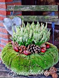 would be a super idea for spring flowers, chicks, and bunnies too.This says: Gartenbuddelei: Vor der Tür.This would be a super idea for spring flowers, chicks, and bunnies too.This says: Gartenbuddelei: Vor der Tür. Christmas Time, Christmas Wreaths, Christmas Decorations, Xmas, Holiday Decor, Deco Floral, Arte Floral, Art Floral Noel, Moss Wreath
