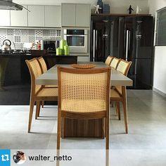O @studiosetearquitetura criou uma cozinha linda com o revestimento Culture! Uma mistura dos modernos tons de cinza e o clássico preto e branco. #ceramicaportinari #ceramica #studioSETE #arquitetura #design #kitchen #portinari