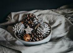 4 dicas para sua decoração de natal ser mais aconchegante - Follow the Colours Positive New Year Quotes, Quotes About New Year, Fruit Du Pin, Cute Kids Crafts, Diy Crafts, Key Diy, Scented Pinecones, Succulent Frame, Pine Cone Christmas Tree
