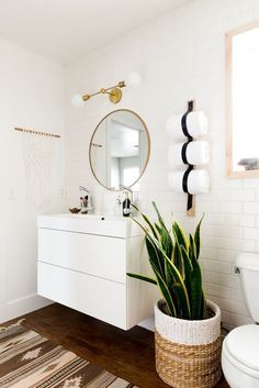 This Gorgeous DIY Bathroom Makeover has such fabulous ideas for minimalist, boho vibe decor! | Vintage Revivals #diyhomereno #diyhomedecor