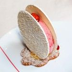 Vacherin - Stéphane Tranchet - Hôtel Le Burgundy - Framboise, noix de coco, plaques à la meringue saupoudrées de noix de coco râpée.