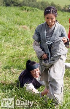 Yoo Ah-in, holds Sin Se-kyeong's skirt @ HanCinema :: The Korean Movie and Drama Database