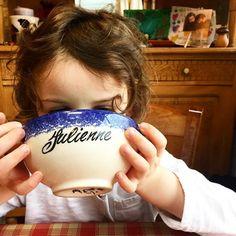 Ma puce qui boit dans le bol de mon enfance... C'est dingue quand même !! Le temps passe si vite... #souvenir #enfance #childhood #kids #mygirl #love #maman #mum #julienne . . My little girl using the bowl of my childhood