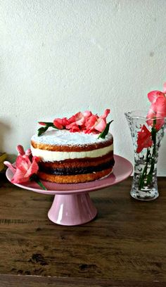 Naked cake com flores naturais e orgânicas.