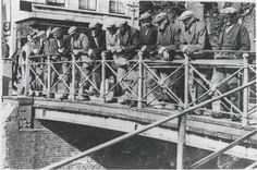 Dagelijkse plek van samenkomst, de brug tussen de Noord- en Zuidhaven in Zevenbergen. Oud-Zevenbergen