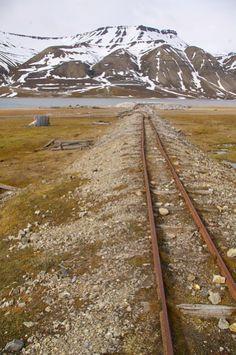 Svalbard - Rails de l'ancienne mine de charbon de Ny-Alesund