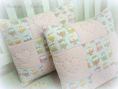 Almofada decorativa, em tecido 100% algodão, patchwork e quiltada  c/ enchimento. * Valor referente a unidade.  Consulte tecidos e combinações disponíveis  Medidas: 30x30 cm (aprox.) R$ 55,00